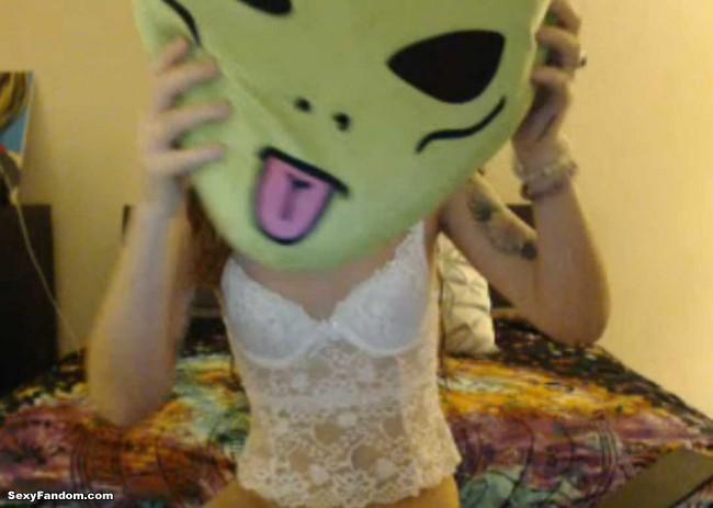 brooke-evergreen-alien-head-cam-01